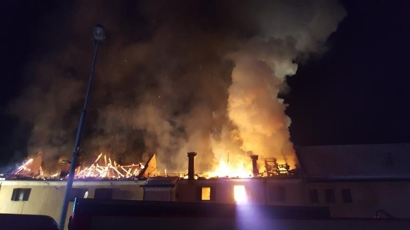 Gasilci sicer še vedno varujejo požarišče.