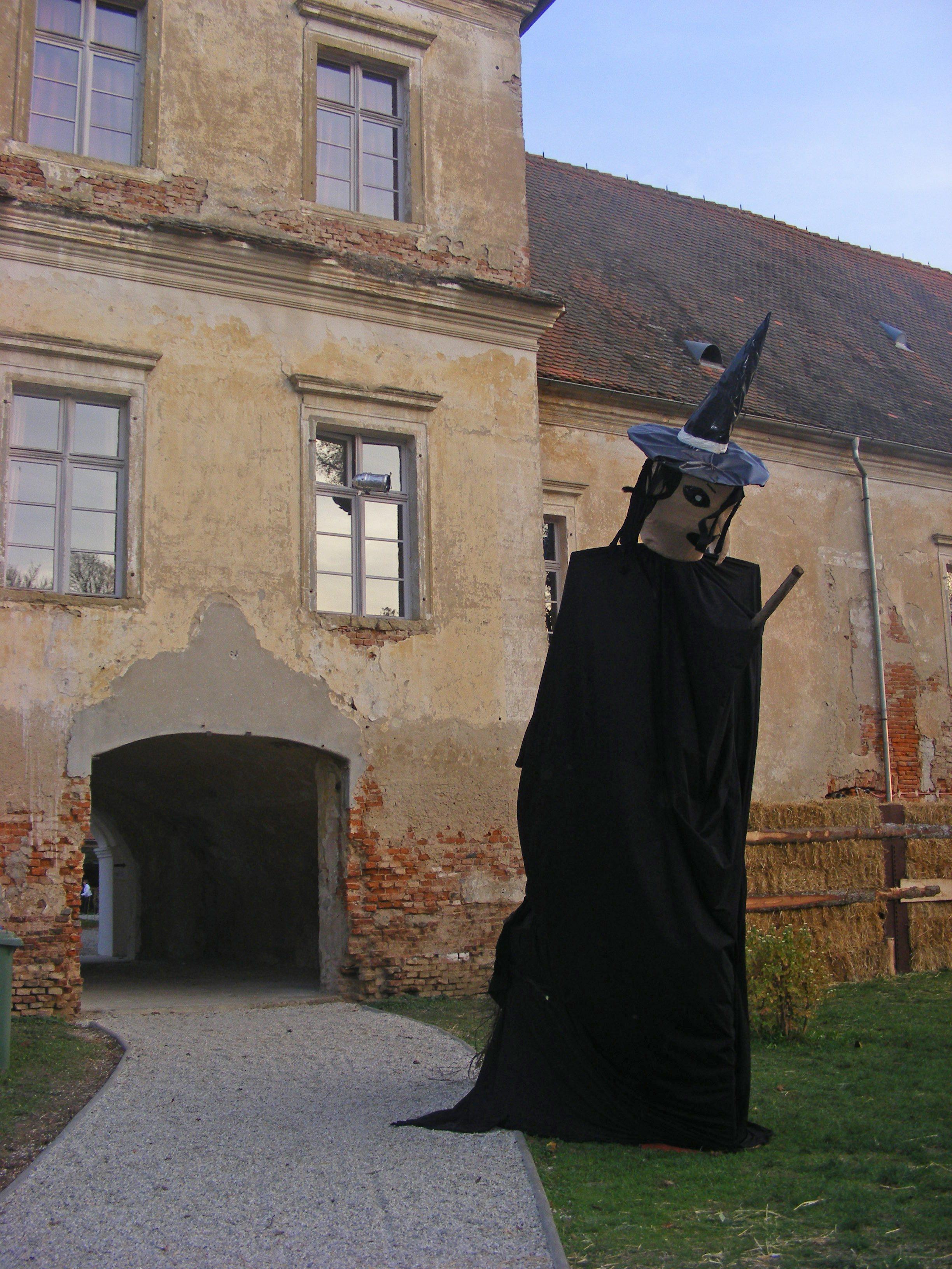 Dvorec Rakičan so že začele obletavati čarovnice