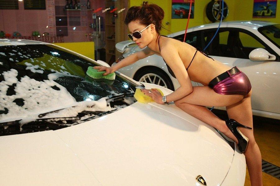 Vsakodnevno pranje avtomobilov je dan danes nacionalni šport. Varčevanje s pitno vodo pa je v teh dneh več kot dobrodošlo, saj so vodni viri Rižanskega vodovoda popolnoma izsušeni.