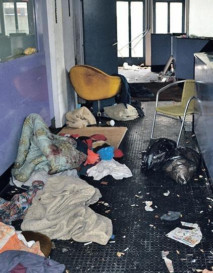 Po poročanju medijev je mrtvi brezdomec, ki ga je najverjetneje zabodel drugi brezdomec. Slika je simbolična.