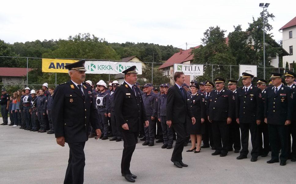 Premier Cerar je pozdravil uspešne gasilce v Štrekljevcu.