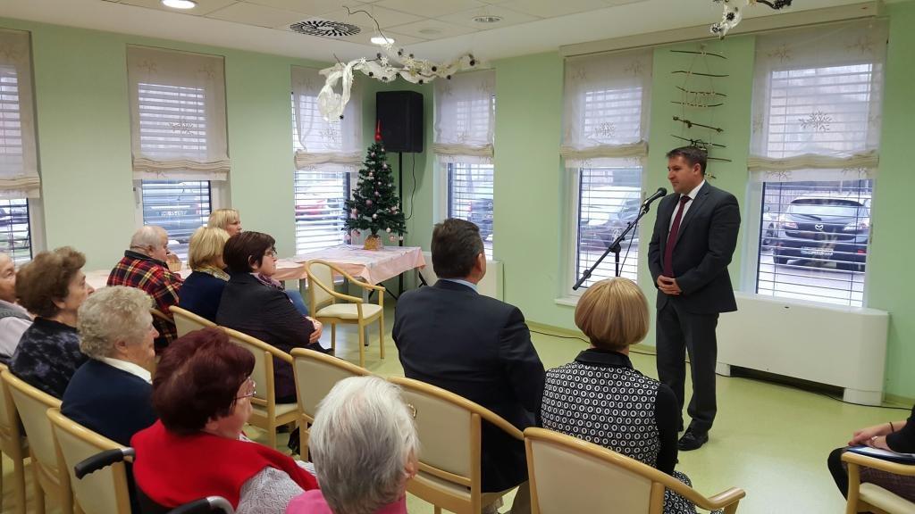 Zbrane je pozdravil direktor Doma starejših Rakičan Zoran Hoblaj; foto: občina Mur.Sobota
