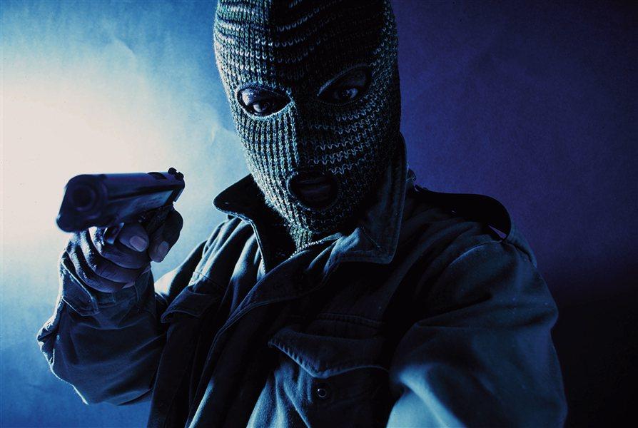 Roparja sta sicer tokrat uslužbenki zagrozila in od nje terjala denar brez, da bi ob tem nosila kakršnikoli maski