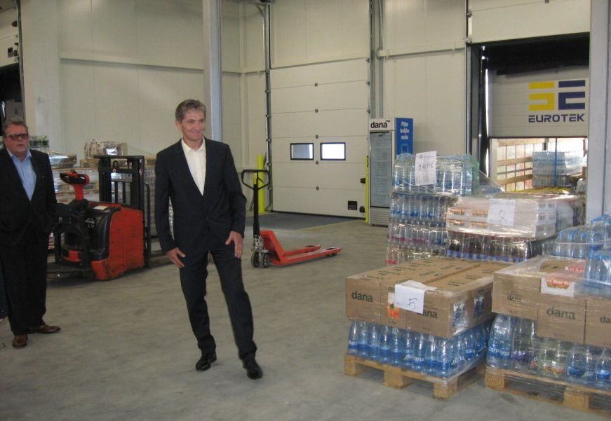 Lastnik Dane Franc Frelih in direktor Marko Hren gostom razkazujeta novo pridobitev.
