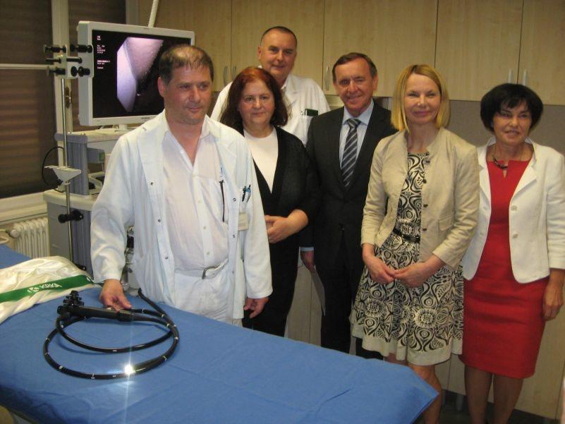 Predaja novega kolonoskopa v roke zdravnikom gastroenterologom