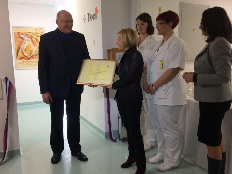 Dr. Kadivec je direktorici ZD Novo mesto Alenki Simonič predal certifikat za izvajanje programa DORA.
