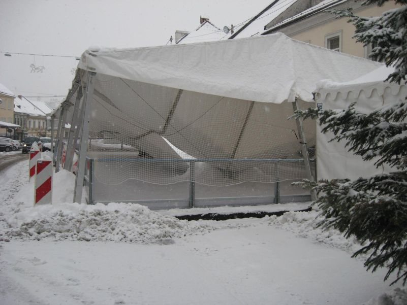 Porušena streha na novomeškem drsališču