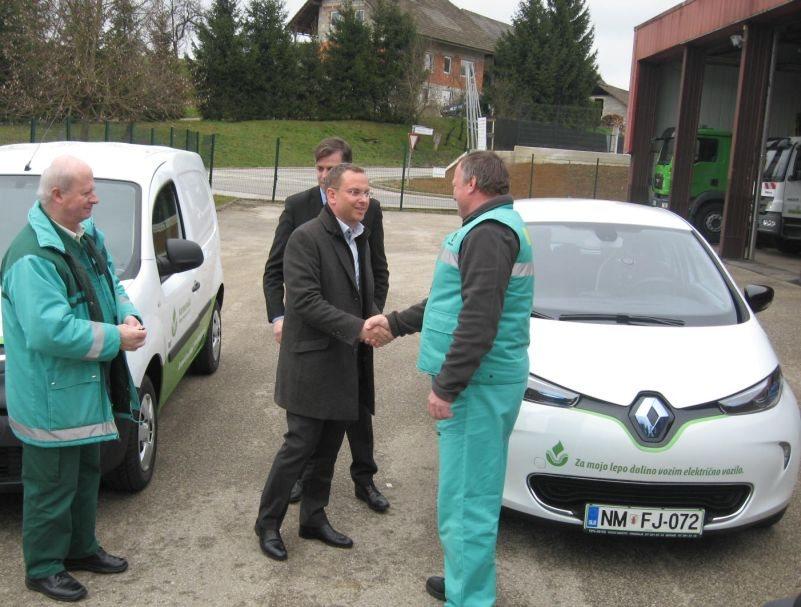 Direktor Komunale Gregor Klemenčič je predal ključe voznikoma.