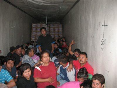 Izčrpanim prebežnikom so policisti zagotovili prehrano in vodo.