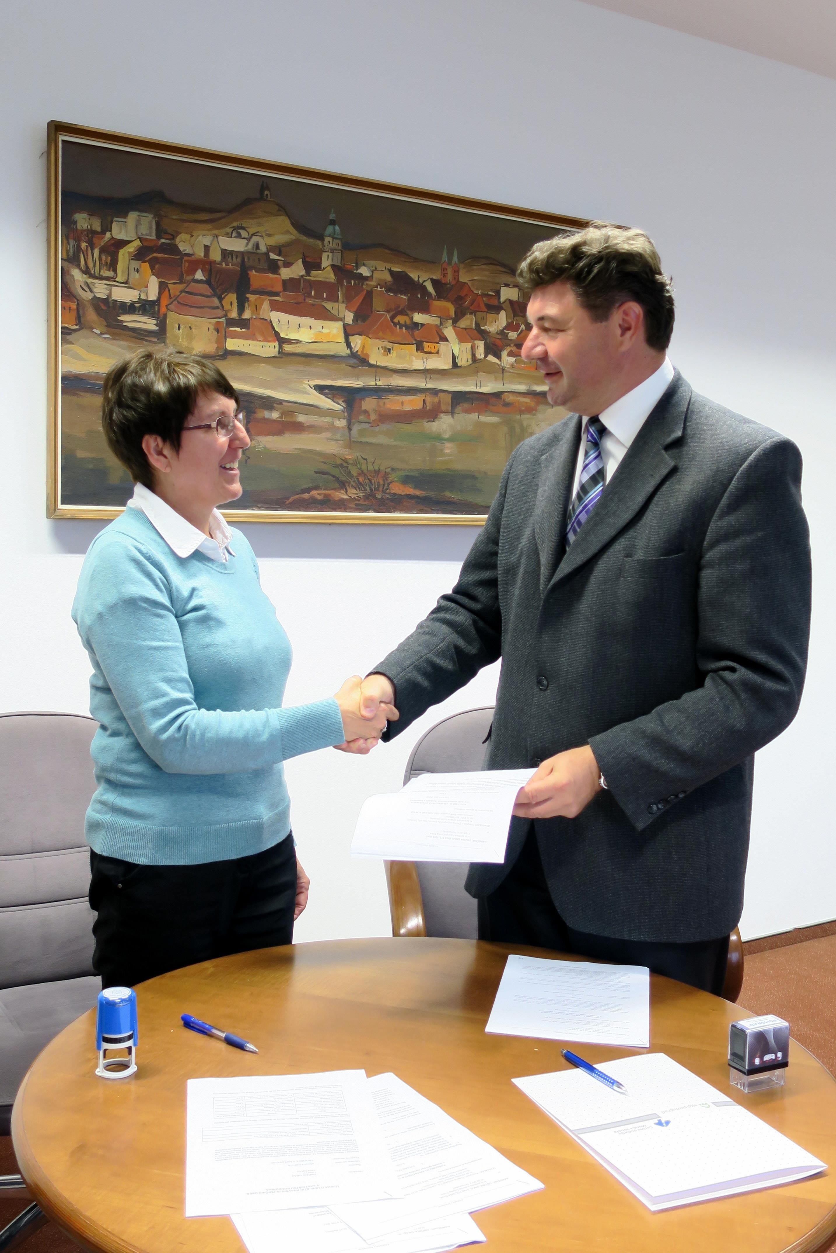 Županja Občine Grad Cvetka Ficko in direktor podjetja Pomgrad – Cestno podjetje d.d. Jožef Dominko podpisala pogodbo za