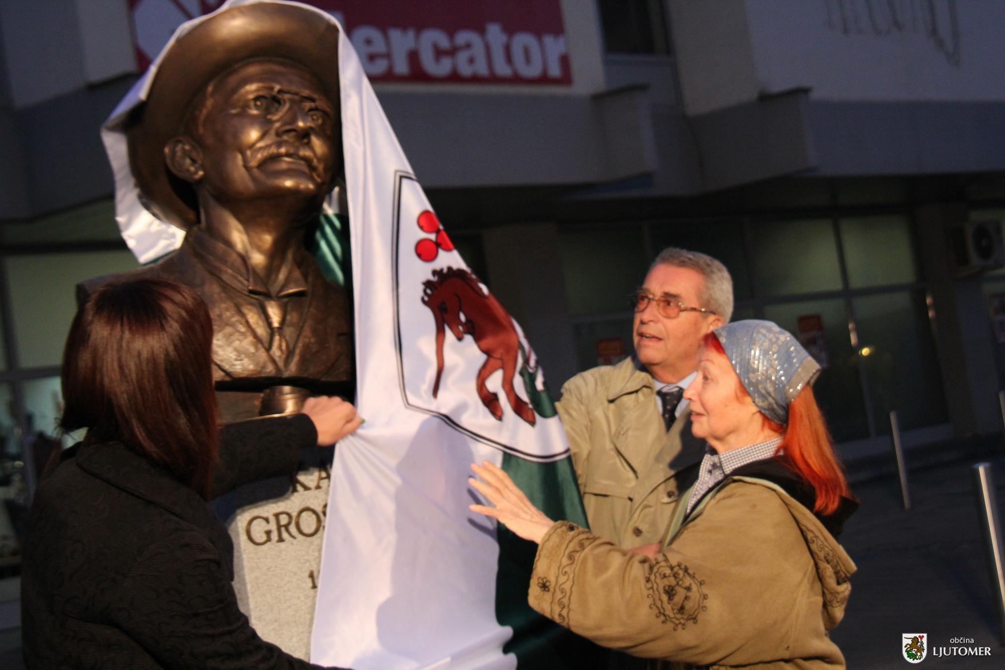 Kip Grossmanna sta v družbi županje Olga Karba odkrila Grossmannova vnuka Boris in Meta Grossmann; foto:Občina Ljutomer