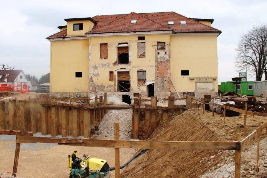 Najstarejši del šolske stavbe bodo obnovili, zraven pa zgradili novi del šole, vrtev in telovadnico.