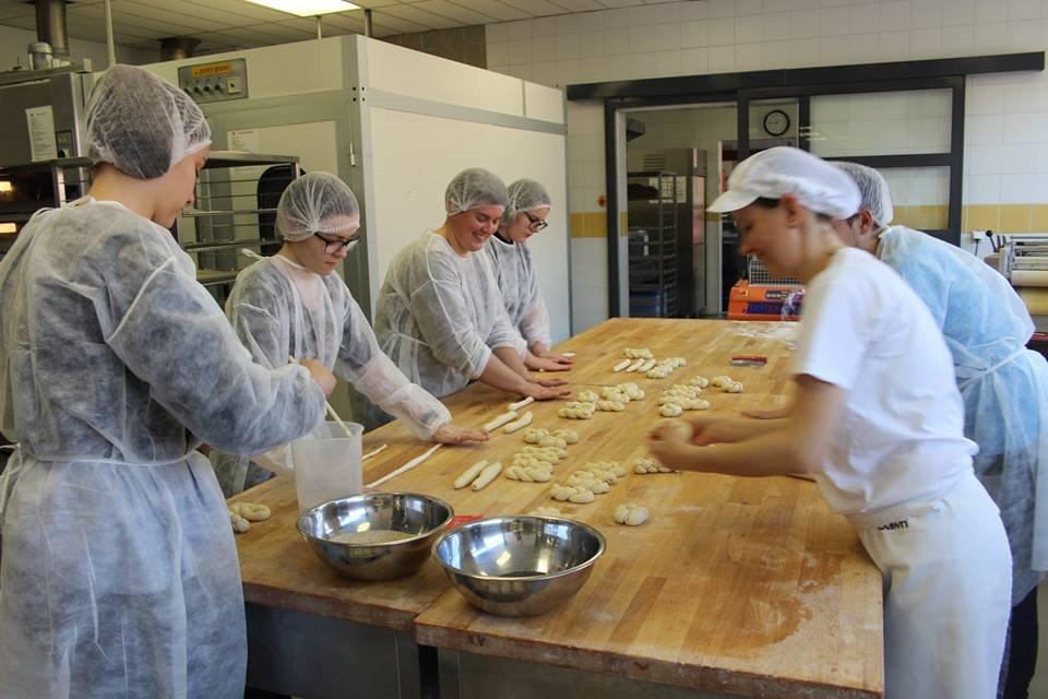 Dijaki pridobivajo znanja za poklice pek, mesar, slaščičar, tudi pomočnik v biotehniki in živilski tehnik.