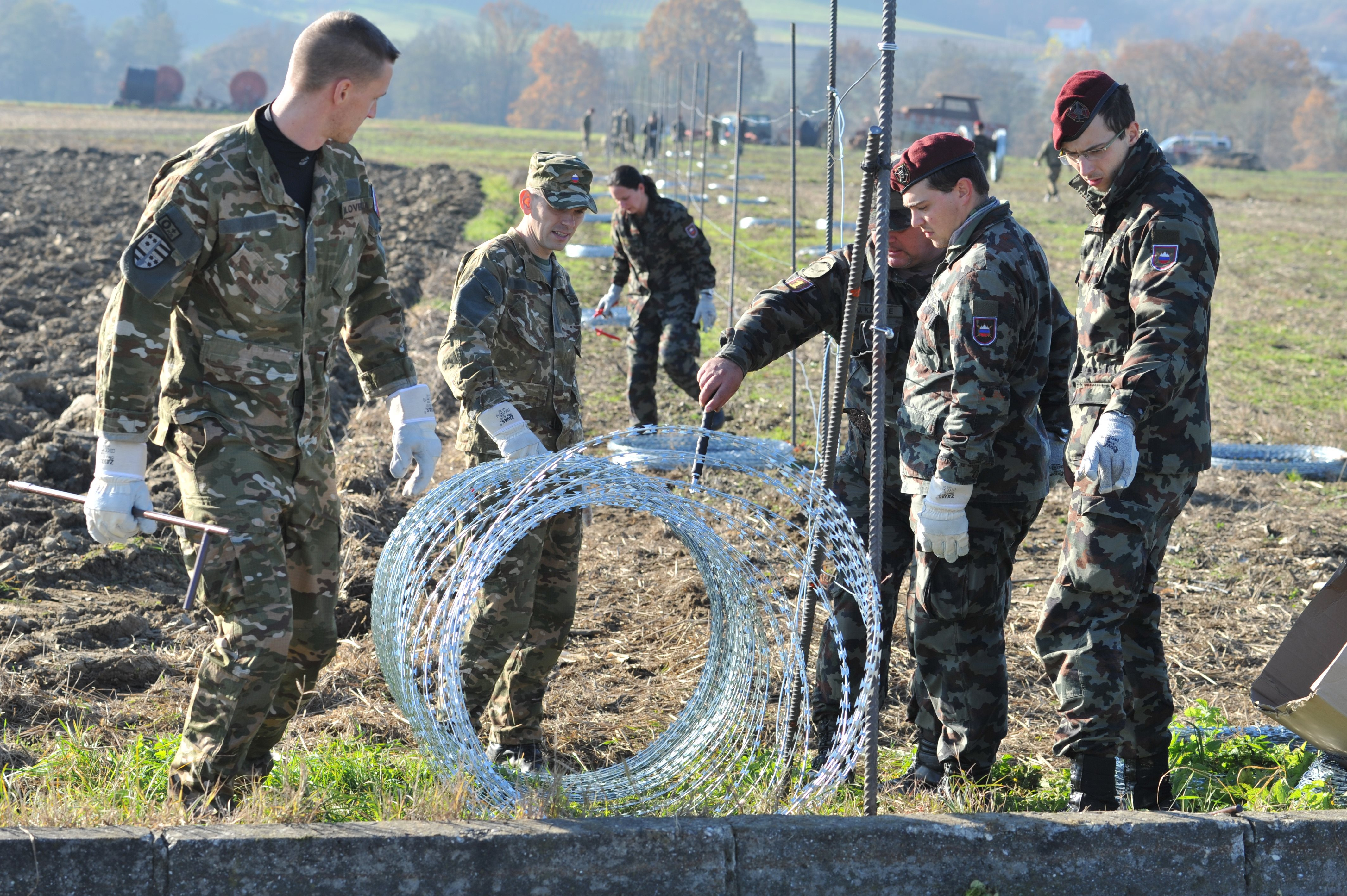 Na območju Gibine je  slovenska vojska začela s postavljanjem ograje