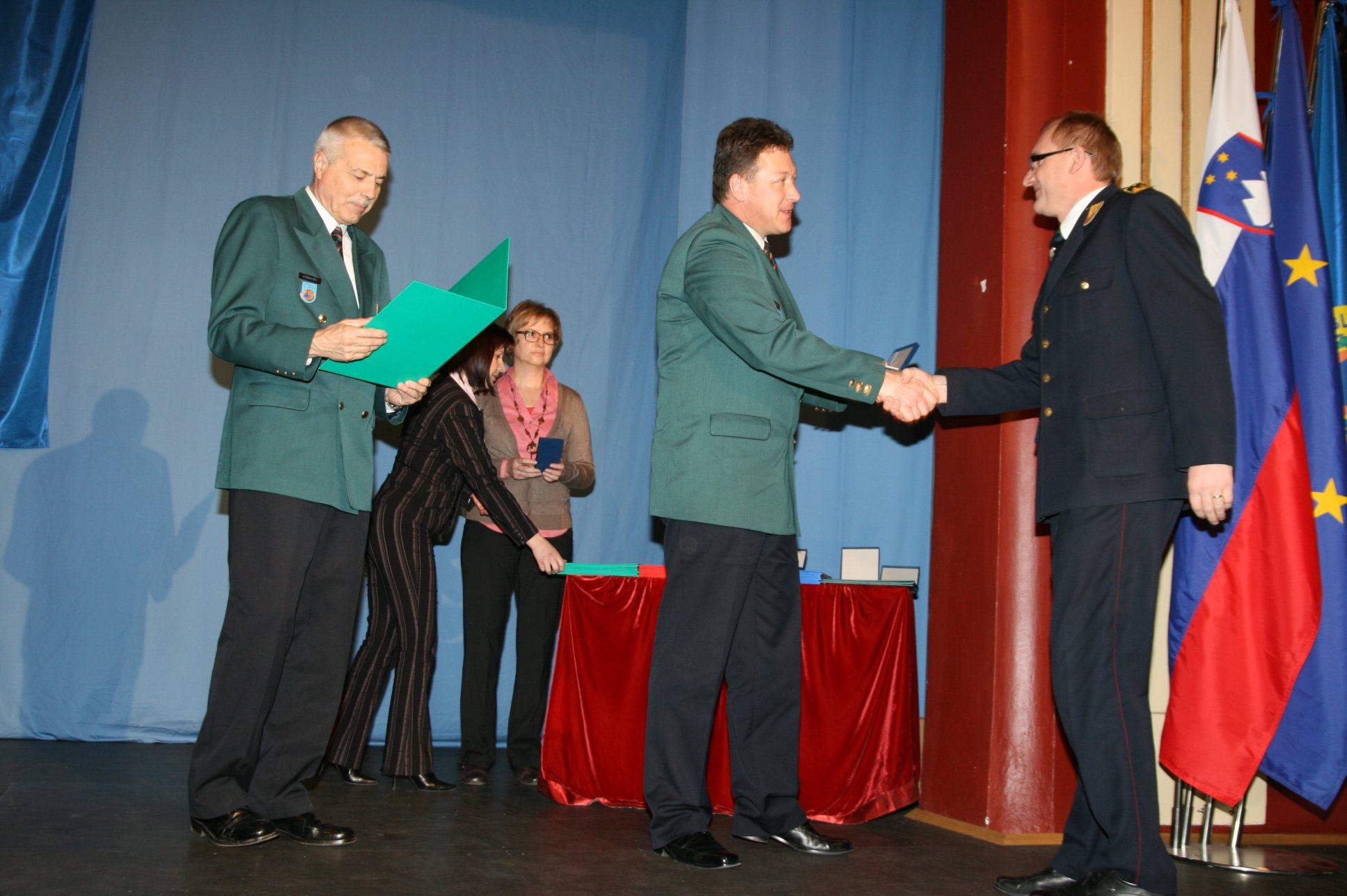 Regijski vodja civilne zaščite Martin Smodiš je priznanje podelil tudi Miranu Rosu.