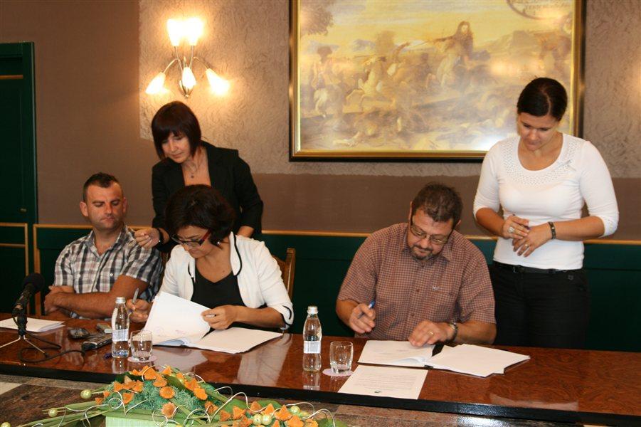 Podpis pogodbe za rekonstrukcijo garderob na nogometnem igrišču v Ljutomeru.