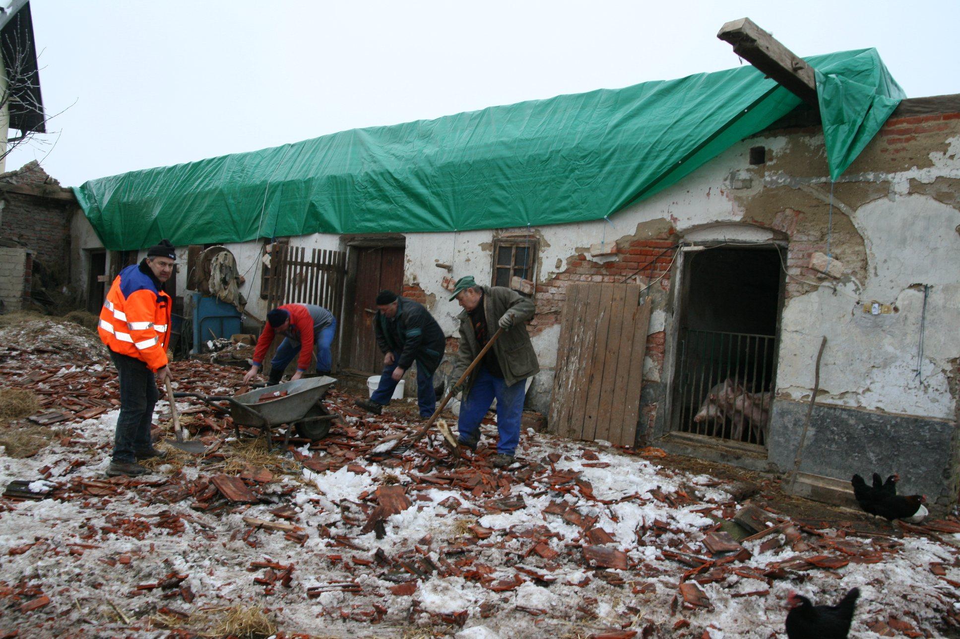Sokrajani so pomagali odstranjevati polomljeno kritino.