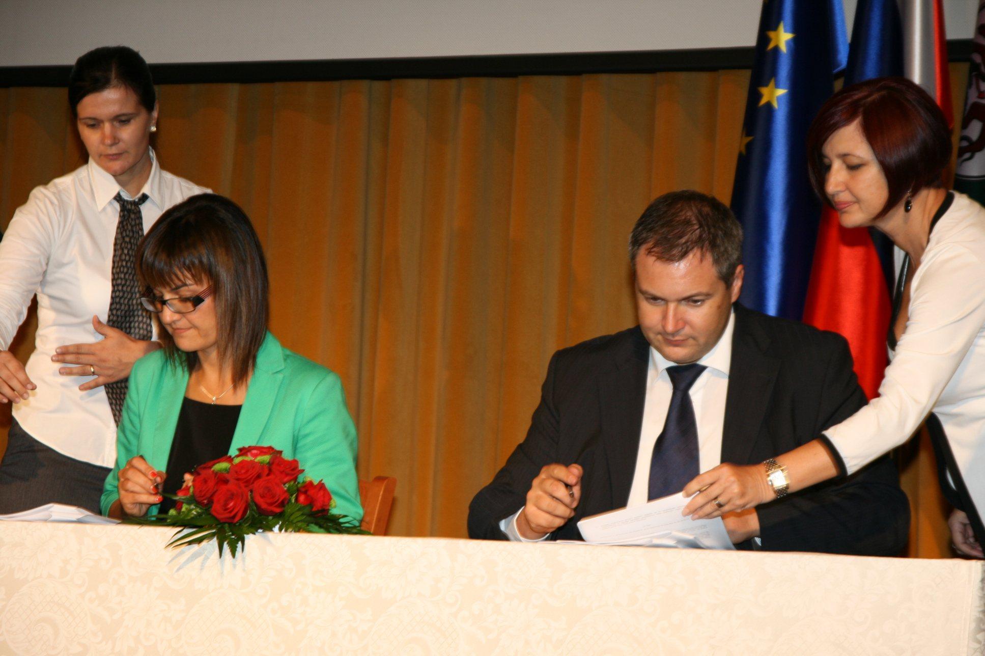Kmetijski minister Dejan Židan je za sistem C sofinancerske pogodbe podpisal z ljutomersko županjo Olgo Karba, koordinatorico sistema C.