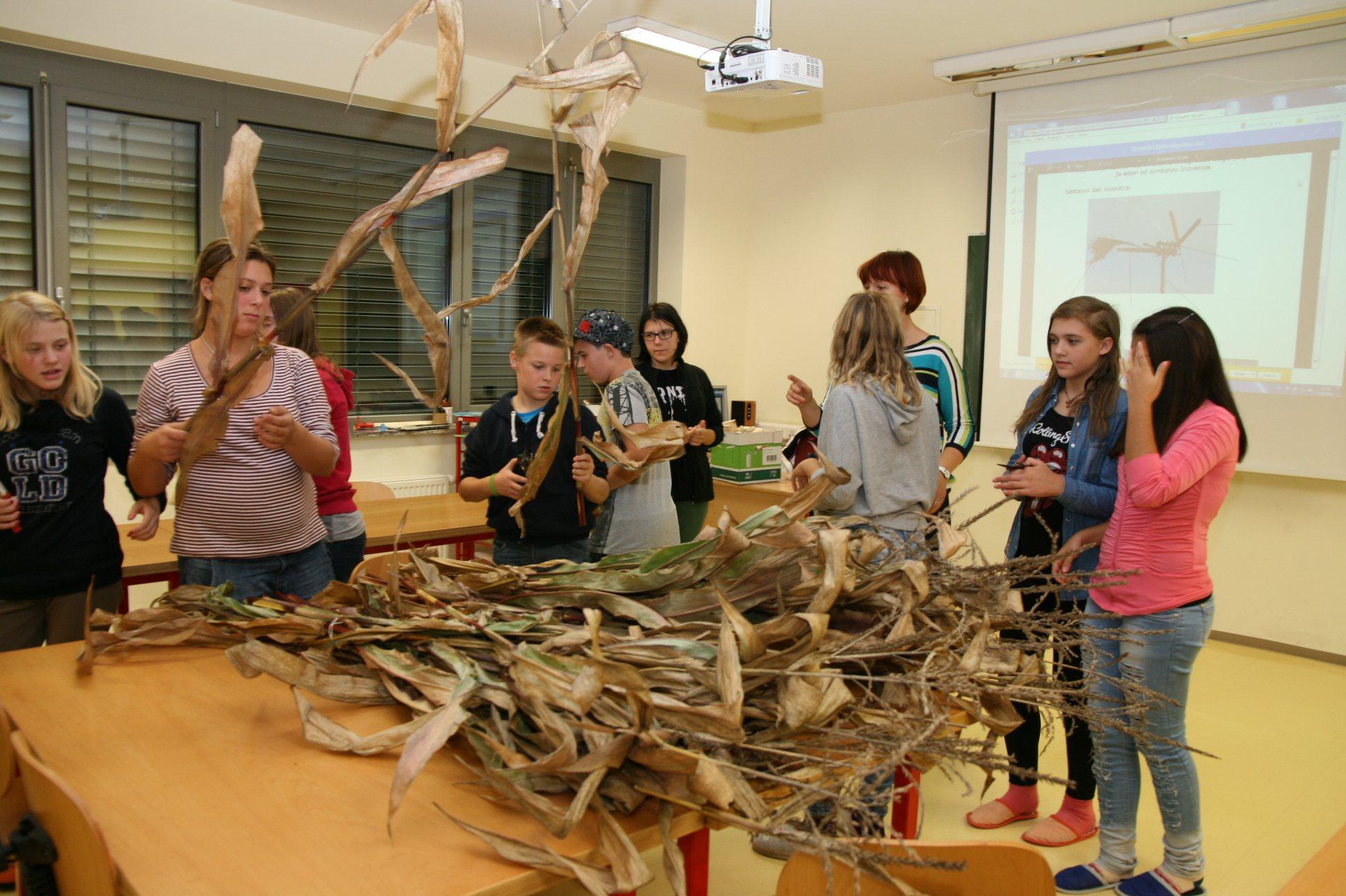 Gostje iz Preddvora so iz koruznega ličja izdelovali klopotce.