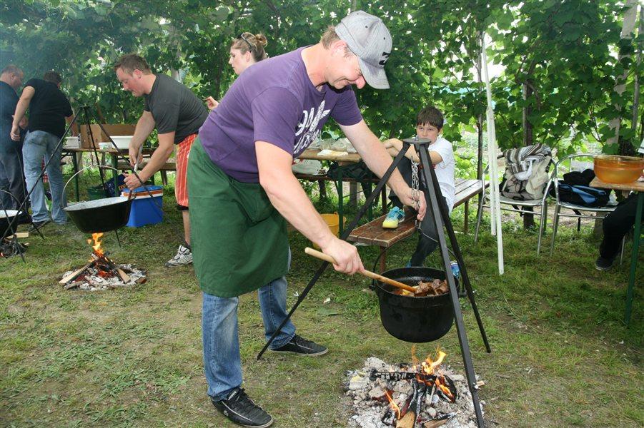 Kuhanje bograča v Veržeju.