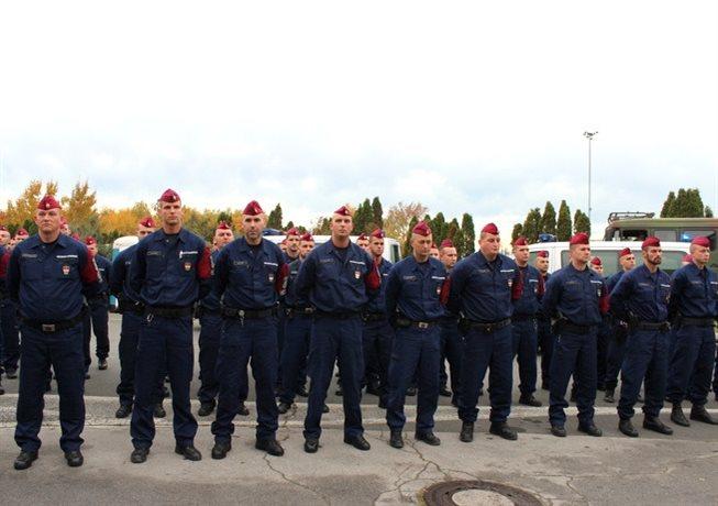 Na meji bo slovenskim kolegom pomagalo 52 madžarskih policistov; foto: policija.si