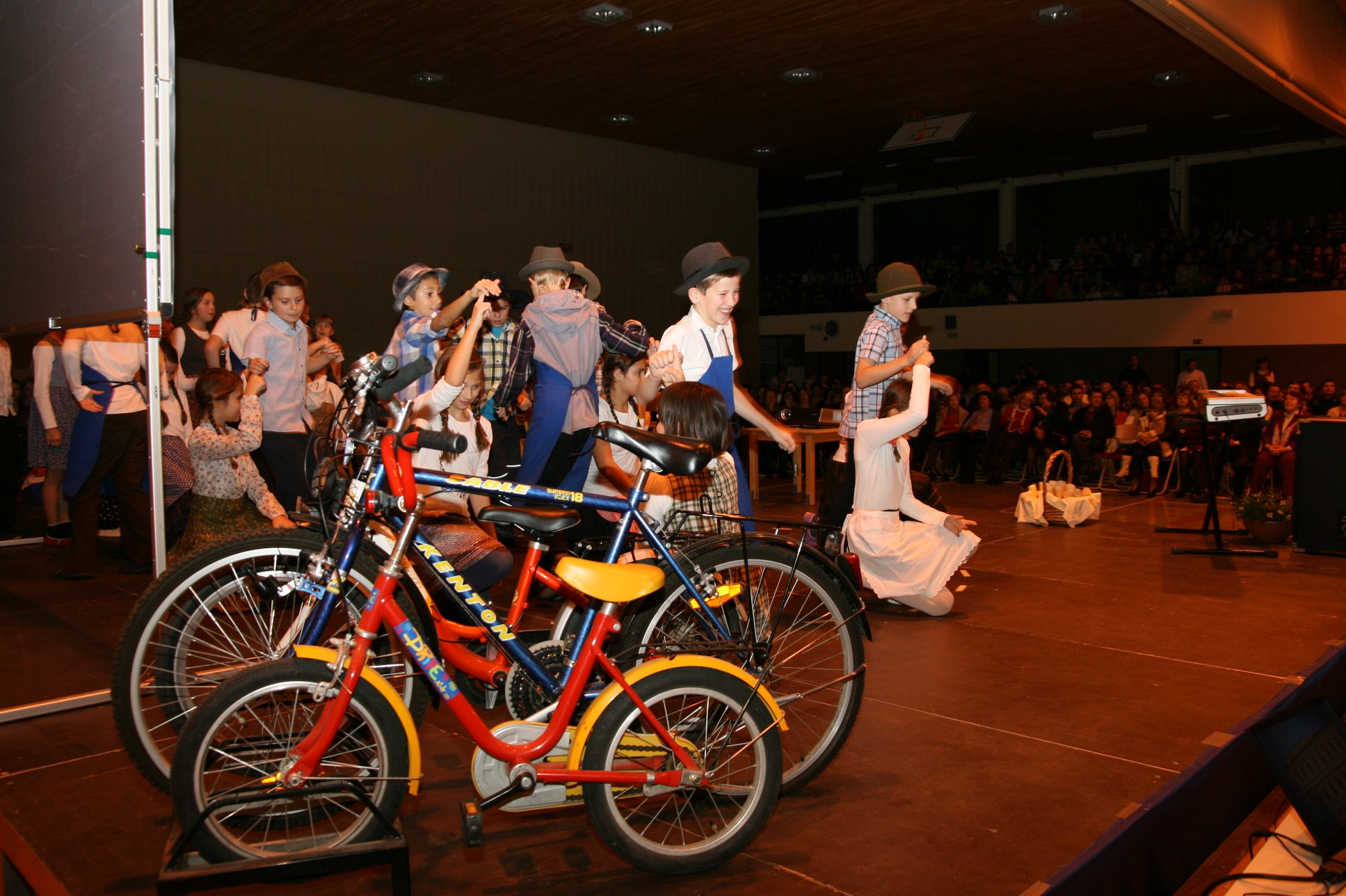 Na slovesnosti so osnovnošolci zaplesali folkloro.