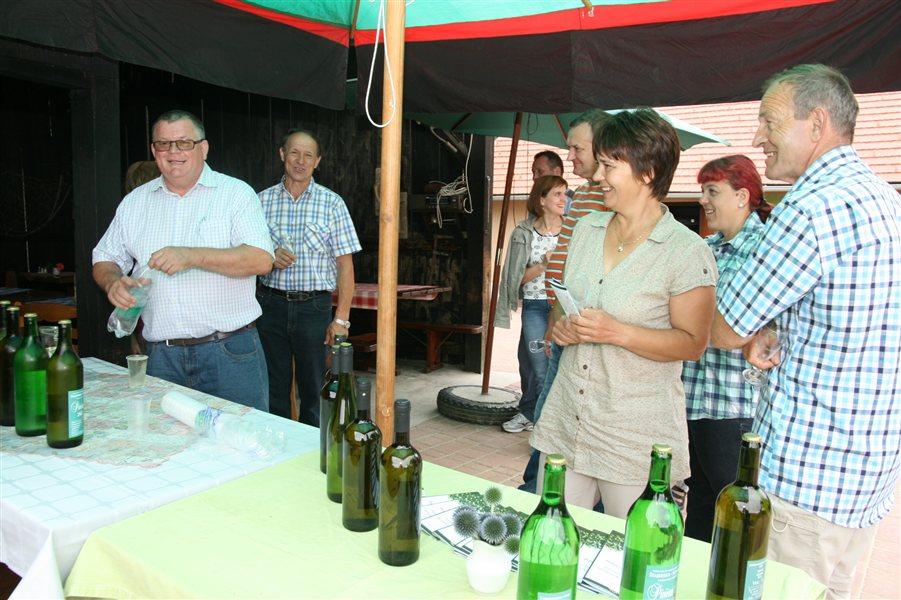 Pohodniki so degustirali bela vina.
