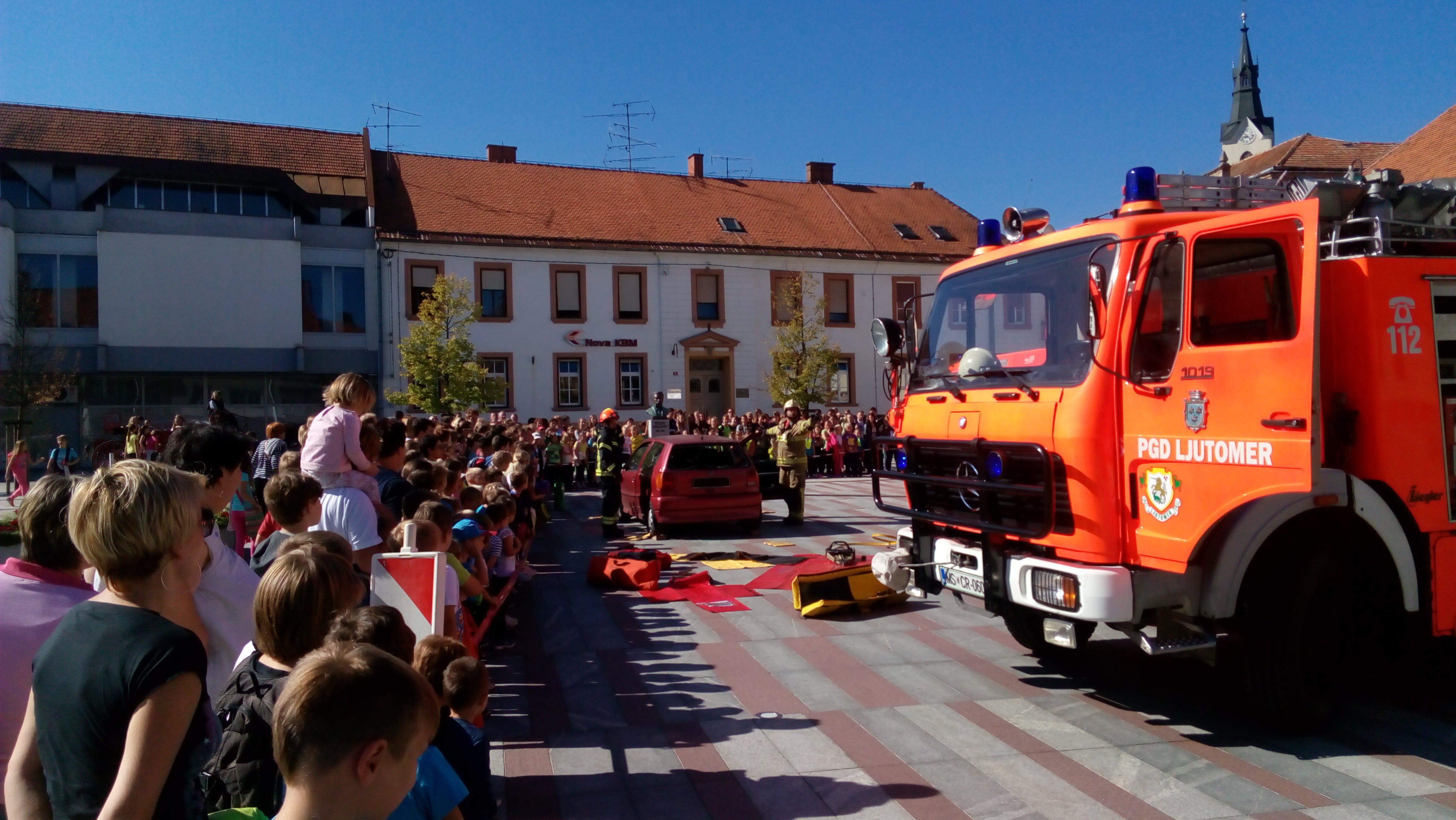 Na Glavnem trgu v Ljutomeru je potekal tudi prikaz reševanja iz avtomobila v primeru prometne nesreče
