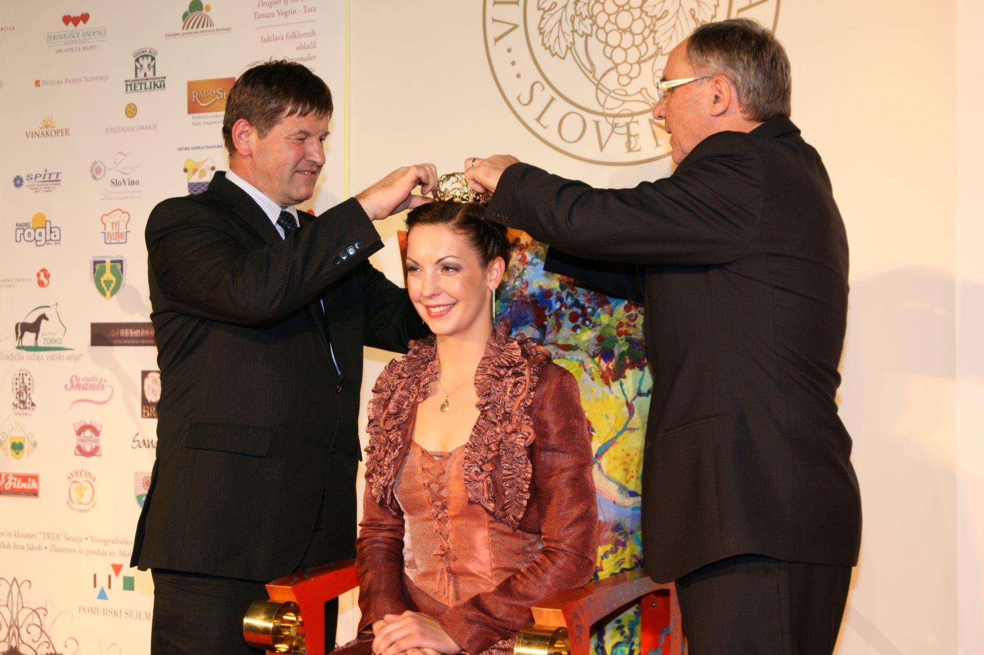 Kmetijski minister Franc Bogovič in predsednik uprave družbe Pomurski sejem Janez Erjavec sta krono nadela Neži Pavlič.