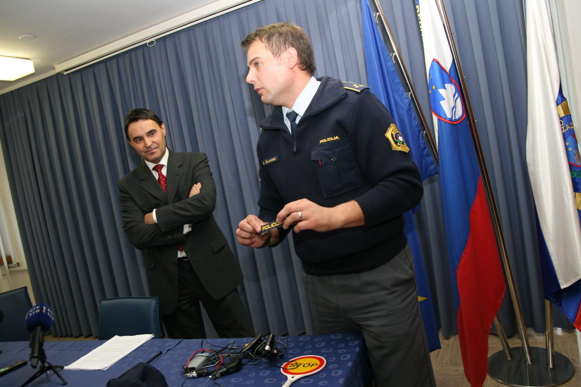 Na Policijski upravi v Murski Soboti so na ogled postavili zasežene predmete, ki jih je uporabljal lažni policist.