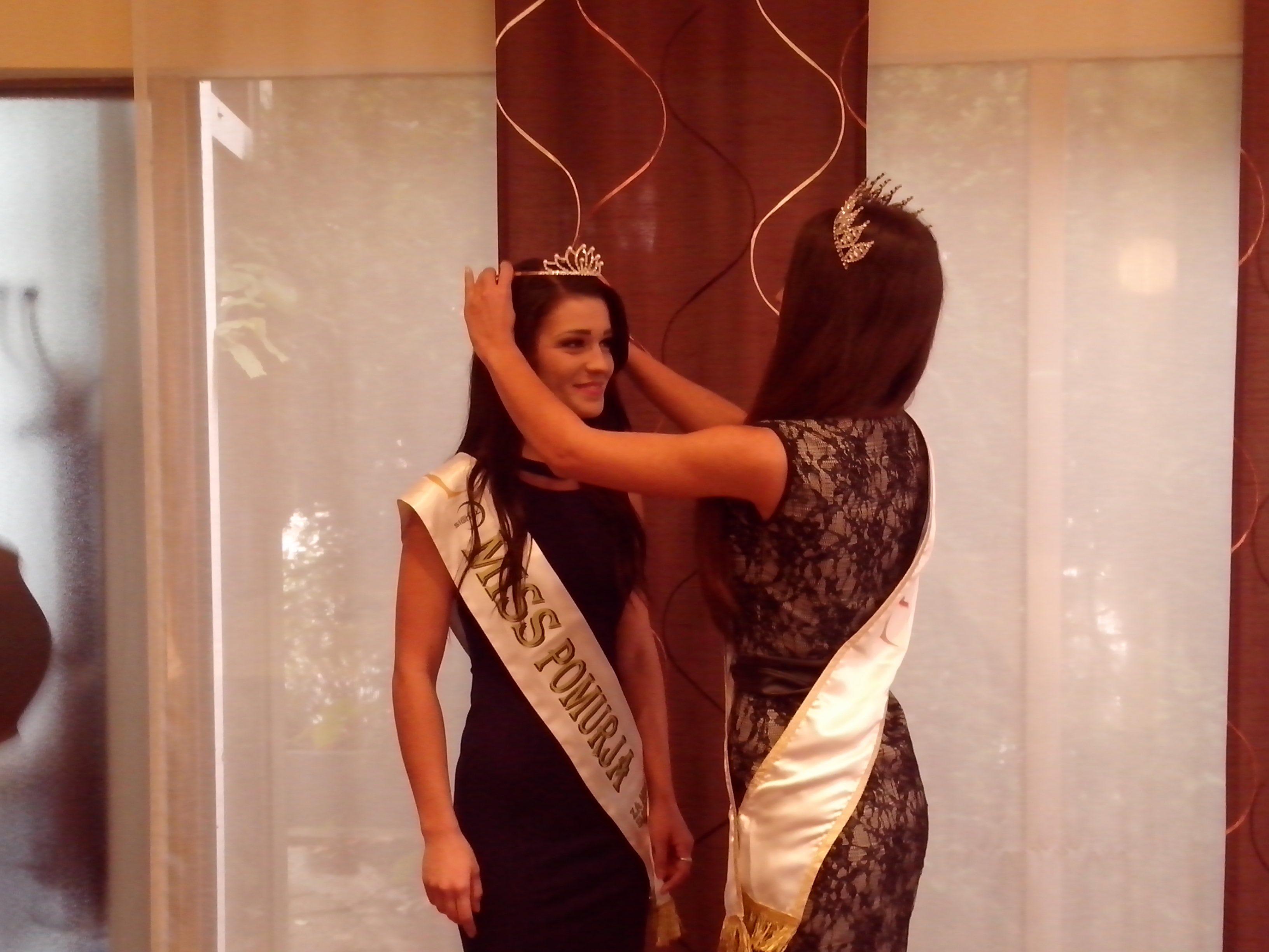 Miss Slovenije 2014 je Mateji Kociper predala krono za finale Miss Slovenije za Miss Sveta 2015