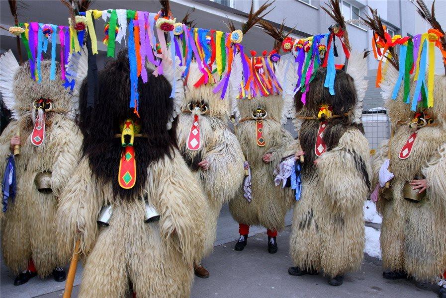 Številne  generacije kurentov in korantov, že stoletja negujejo kulturno dediščino obhodov kurentov.