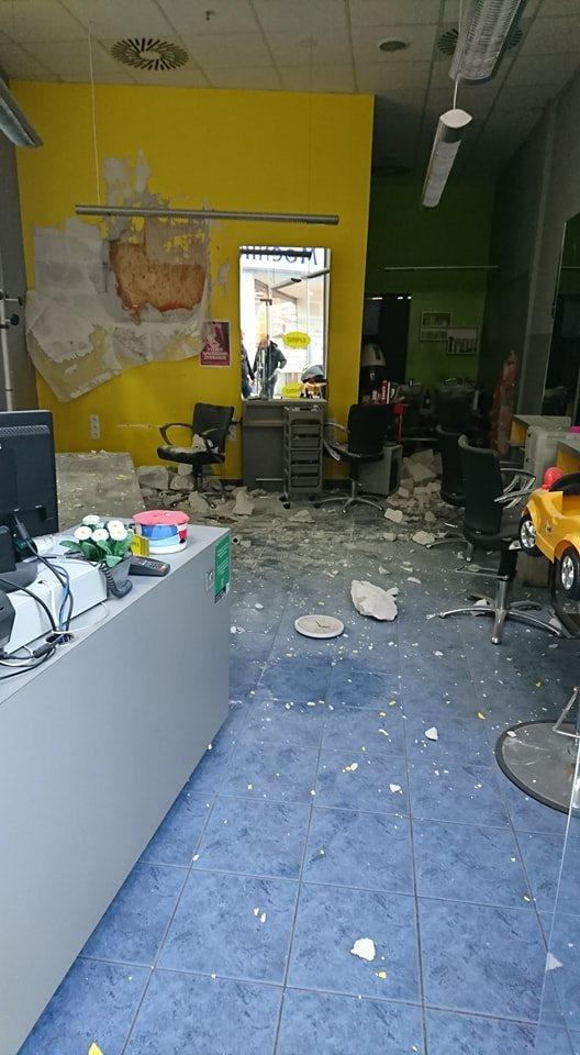 V notranjosti centra je vlomilec vlomil v več prodajaln, ob tem pa je  uporabljal macolo.
