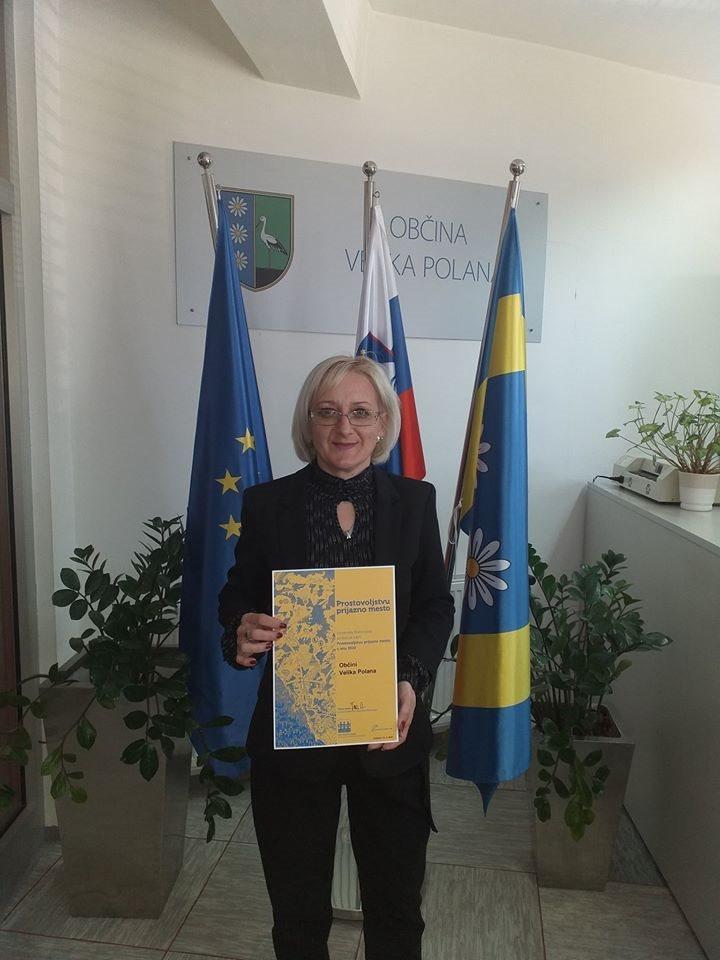 S priznanjem, ki ga je Velika Polana prejela prvič, direktorica občinske uprave Lidija Vučko Bukovec; vir: Slovenska fi
