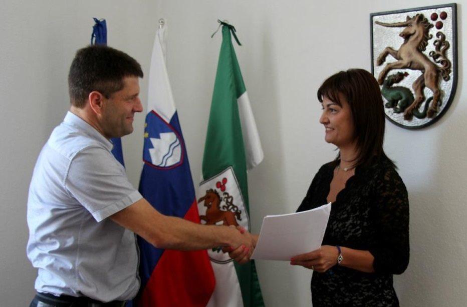 Županja mag.Olga Karba in Damijan Klemen, direktor KSP Ljutomer, sta podpisala pogodbo za obnovo parketa; foto:Občina Ljutomer