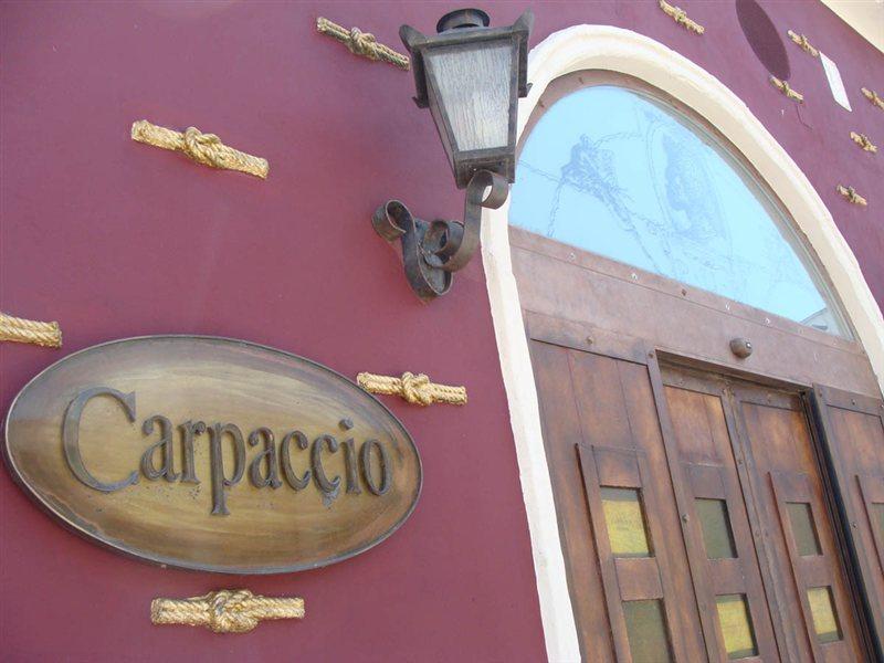Carpaccio Pub v zadnjem času ni obratoval, v preteklosti pa ga je vodila družina koprskega župana Borisa Popoviča. Nazadnje je služil tudi kot Popovičev volilni štab.