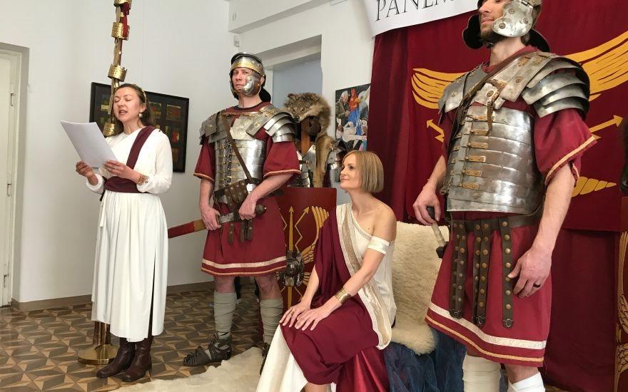 Vsi zaposleni na ptujski mestni upravi so se našemili v stare rimljane, županja pa  v vlogi rimske cesarke.