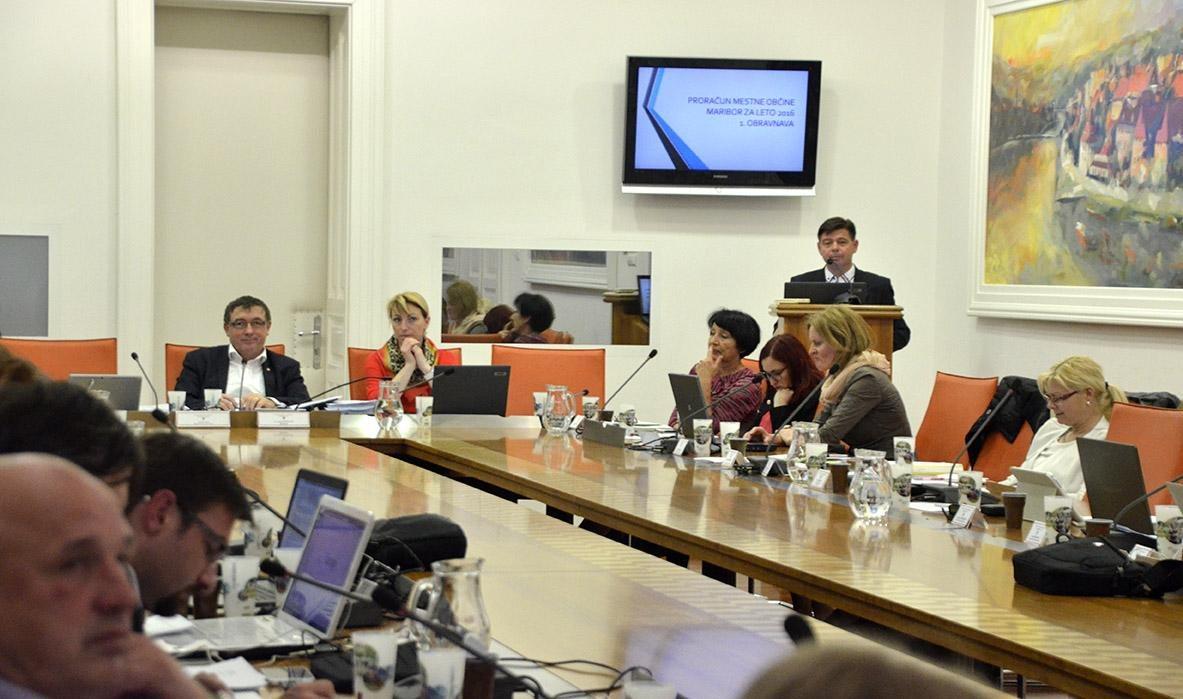 Proračun je bil sprejet s 26 glasovi za in brez glasu proti, predvsem ob pomoči SMC, ki sicer ni del koalicije.