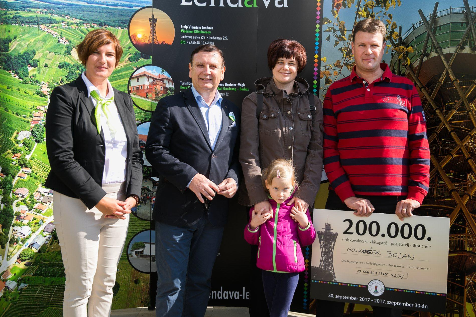 200.000 obiskovalec stolpa je Bojan Gojkošek iz Maribora, ki je stolp obiskal z družino; foto: Mediaspeed