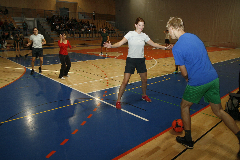 Vrhunski športniki so z varovanci varstveno-delovnega centra v Ljutomeru odigrali malonogometno tekmo.