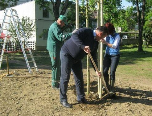 Ob današnji priložnosti je za lopato poprijel tudi soboški župan Aleksander Jevšek; foto: Komunala MS