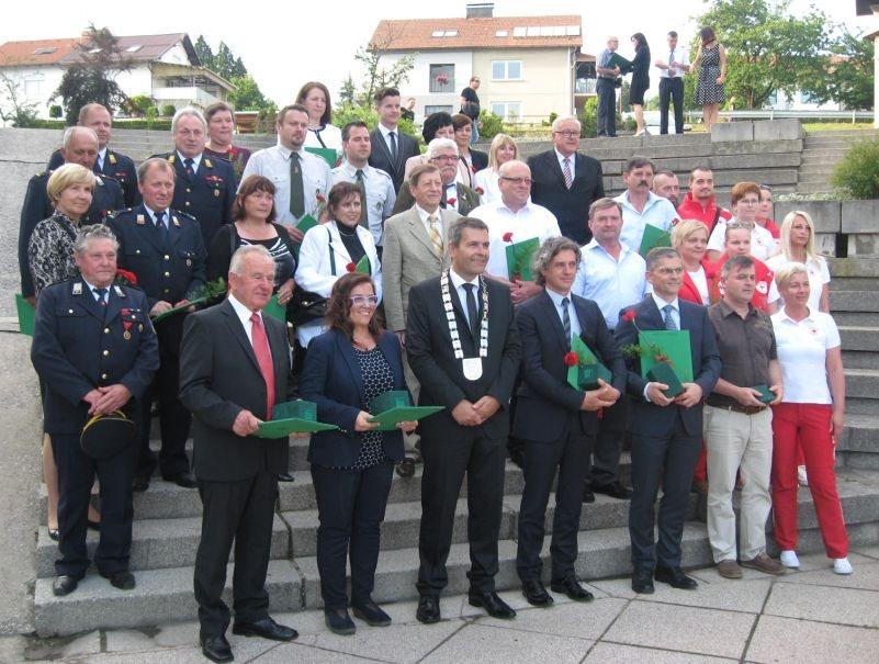 Občinski nagrajenci z županom Stankom in voditeljem prireditve Boštjanom Romihom