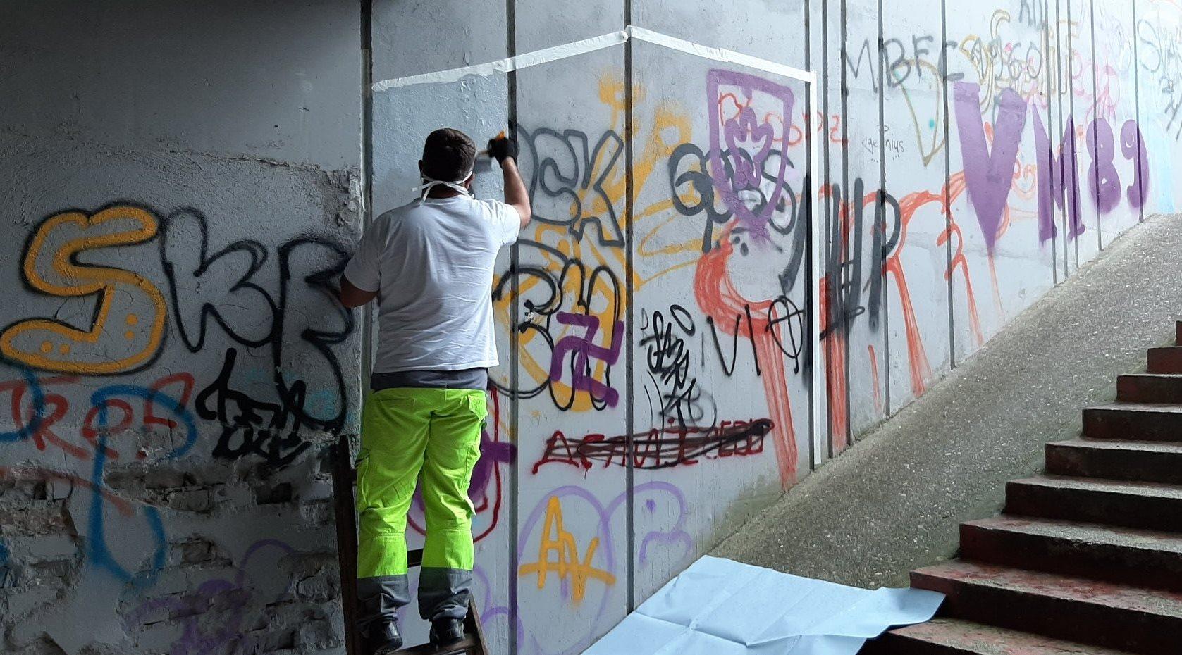 V Mariboru nadaljujejo z odstranjevanjem poslikav s sovražnim govorom.