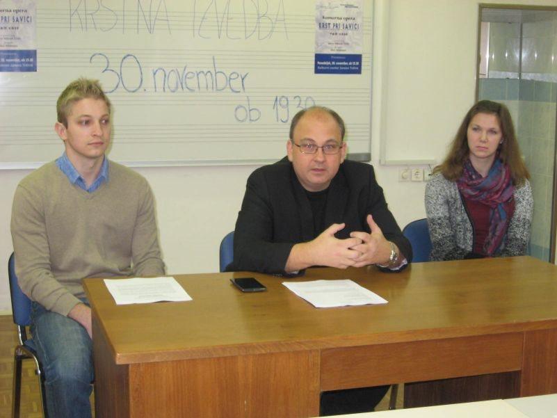Tom Kobe, prof. Aleš Makovac in zboristka Marta Lipoglavšek