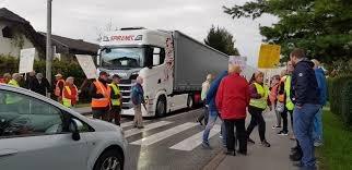 Prebivalci ob cesti nasprotujejo načrtovani obnovi ceste, saj se bojijo, da bi nanjo navezali hitro cesto.
