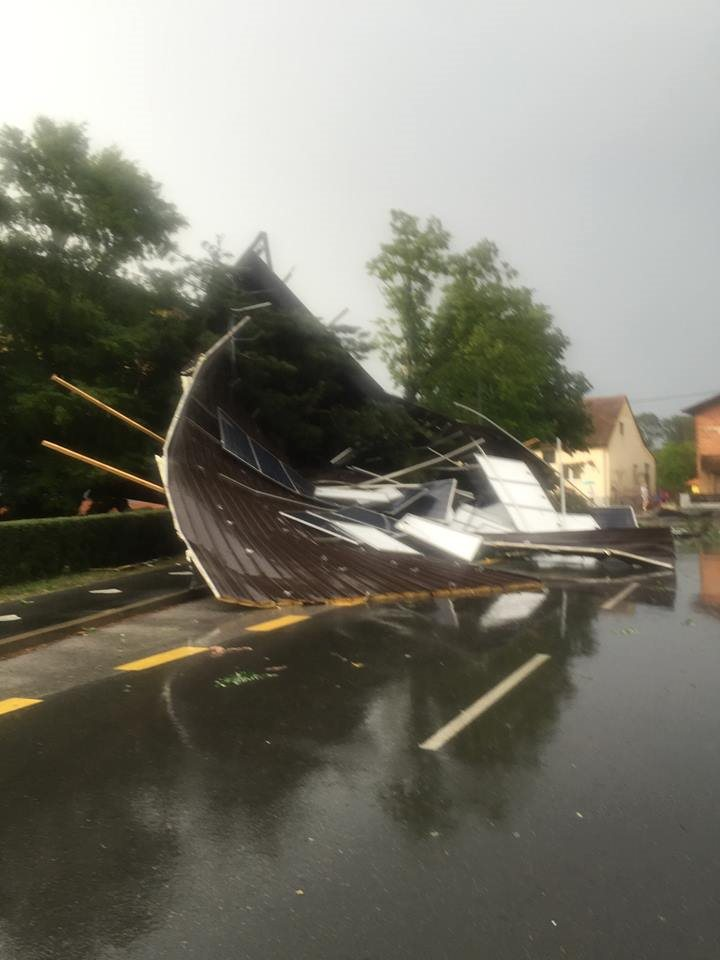 Streha turniške šole je končala na cesti; foto: FB
