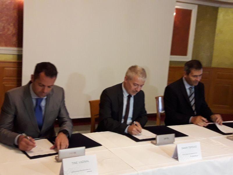 Pogodbo so podpisali Tine Vadnal, Kolektor Koling, Damir Topolko, DRSI in župan Miran Stanko.