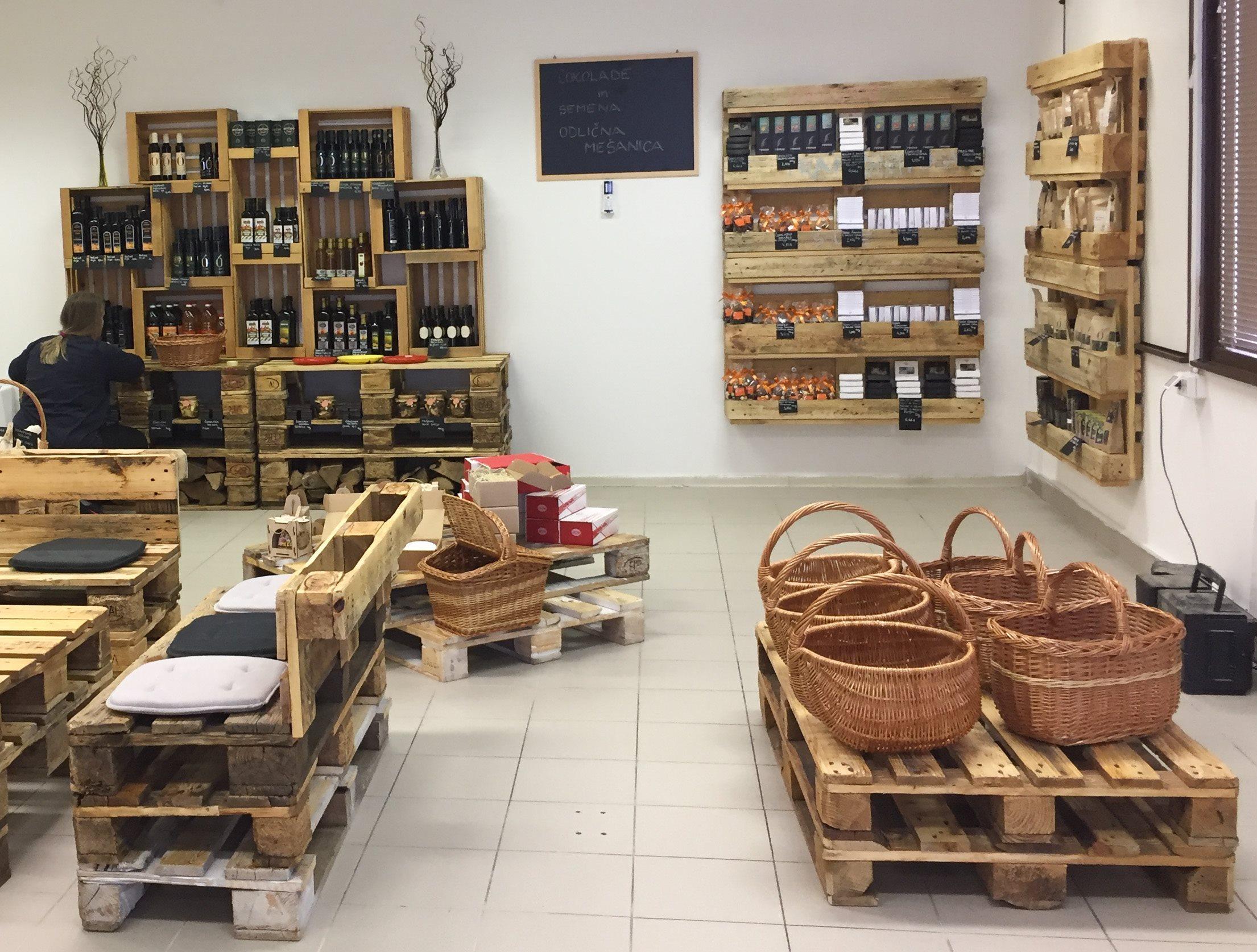 Trgovina ponuja širok nabor izdelkov in pridelkov slovenskih kmetij in predmetov Centra ponovne rabe.