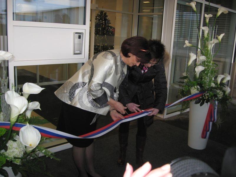Trak sta družno prerezali direktorica bolnišnice Mira Retelj in državna sekretarka Nina Pirnat.