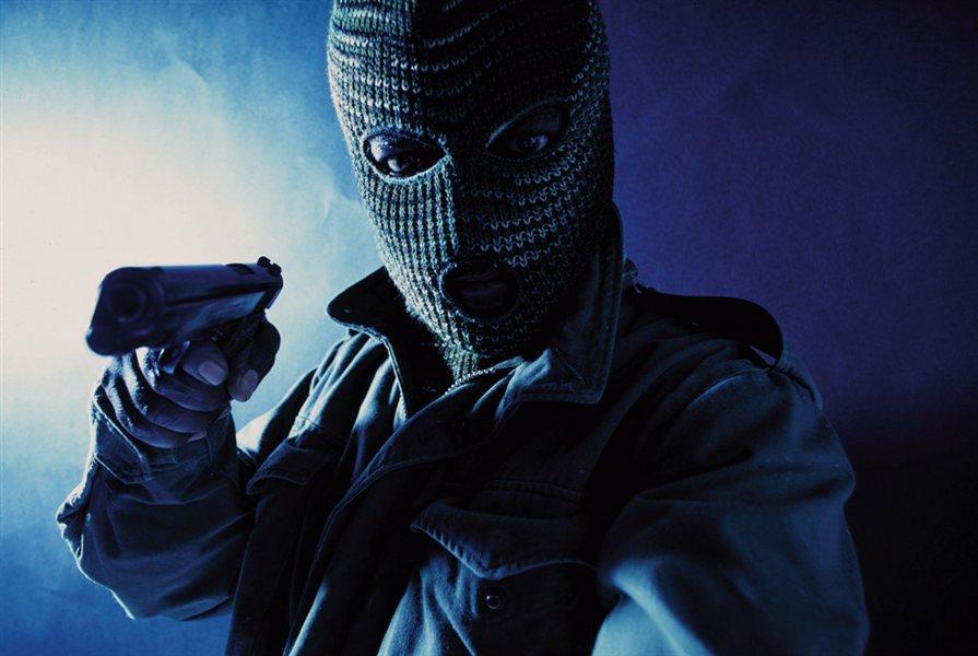 Oborožena roparja sta sicer tudi tokrat uslužbenki napadla brez mask